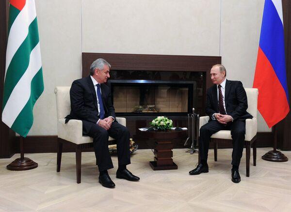 Президент РФ В. Путин встретился с президентом Абхазии Р. Хаджимбой. Архивное фото - Sputnik Абхазия