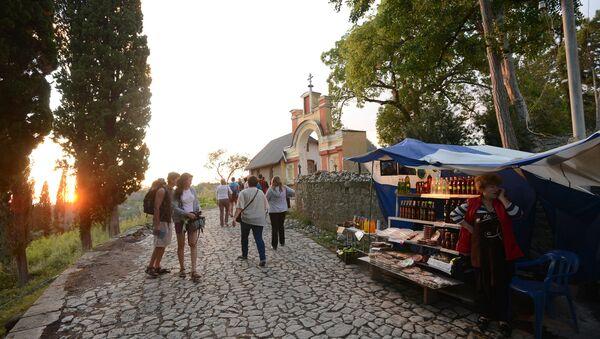 Туристы у входа в Ново-Афонский Симоно-Кананитский монастырь в Абхазии. - Sputnik Абхазия