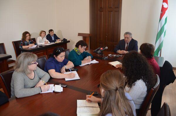 Пресс-конференция  премьер-министра РА Артура Миквабия. - Sputnik Абхазия