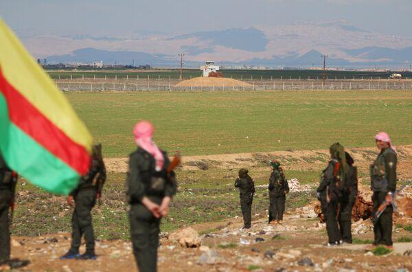 Курдские члены сил самообороны стоят возле сирийско-турецкой границы. Архивное фото - Sputnik Абхазия