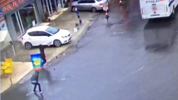 СПУТНИК_Момент нападения двух террористок на полицейский автобус в Стамбуле - Sputnik Абхазия