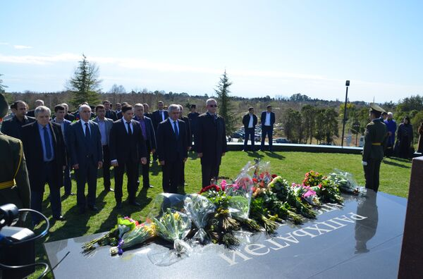 Возложение цветов у мемориала первого президента Абхазии. - Sputnik Абхазия