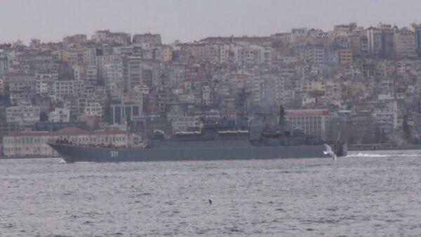 Десантный корабль ВМФ РФ прошел Босфор в сопровождении турецких катеров. - Sputnik Абхазия