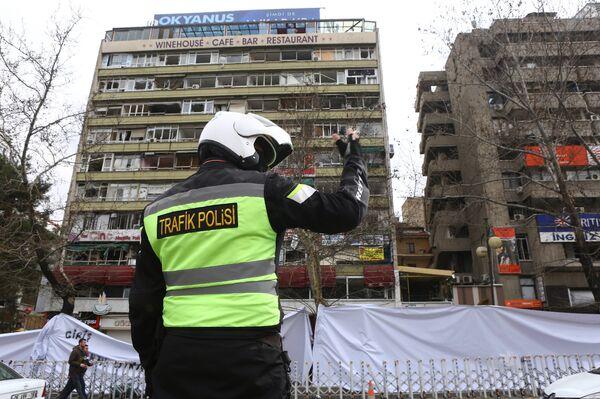 Полицейский на месте взрыва в Анкаре. 15 марта 2016. - Sputnik Абхазия