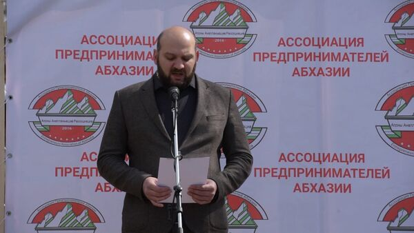 Роман Качарава зачитал пункты принятой резолюции - Sputnik Абхазия