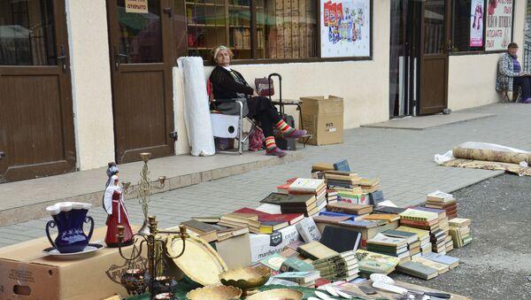 Горделивая статность торгующей подержанными и старинными книгами Галины видна издалека. - Sputnik Абхазия