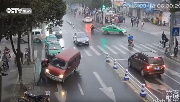 Прохожие спасли женщину попавшую под колеса. - Sputnik Абхазия