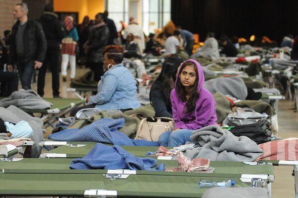 Люди после эвакуации из аэропорта в Брюсселе. - Sputnik Абхазия