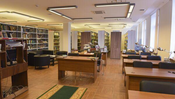 Читальный зал краеведческого отдела. У посетителей даже есть возможность увидеть первый Анбан. - Sputnik Абхазия