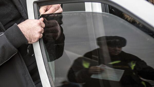 Автовладелец снимает тонировочную пленку. Архивное фото - Sputnik Абхазия