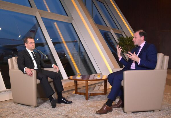 Премьер-министр РФ Д. Медведев дал интервью ведущему программы Вести в субботу С. Брилеву - Sputnik Абхазия