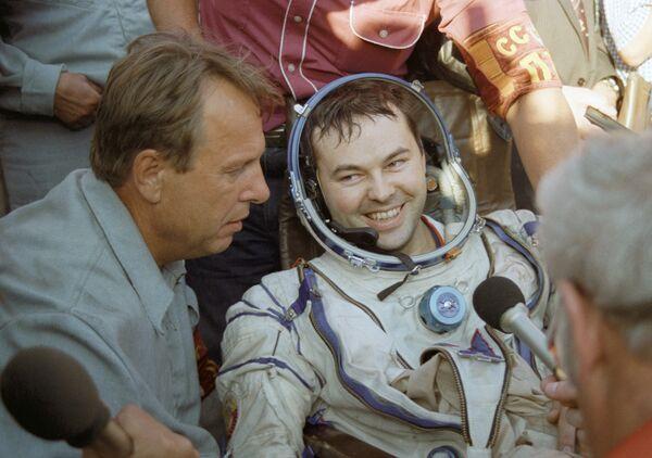Лётчик-космонавт Лавейкин после приземления - Sputnik Абхазия