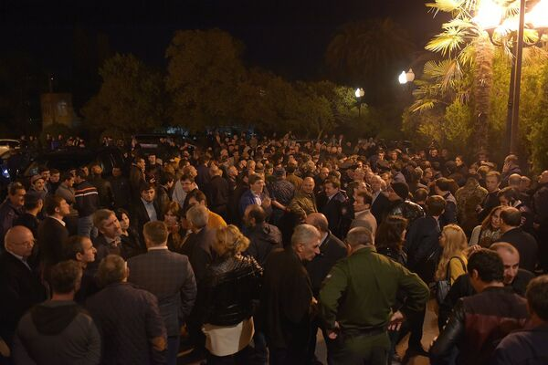 Люди у парламента. - Sputnik Абхазия