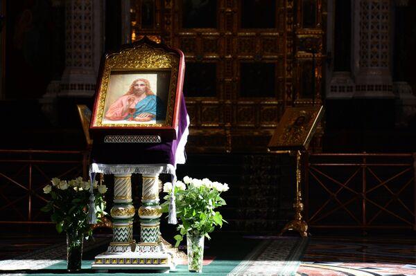 Икона Спасителя во время Божественной литургии в Великий четверг в храме Христа Спасителя. - Sputnik Абхазия