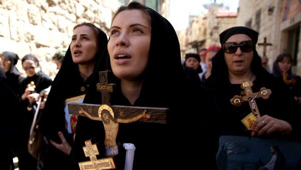Православные паломники из Абхазии во время процессии в Страстную пятницу в Старом городе Иерусалима 29 апреля 2016 года. - Sputnik Аҧсны