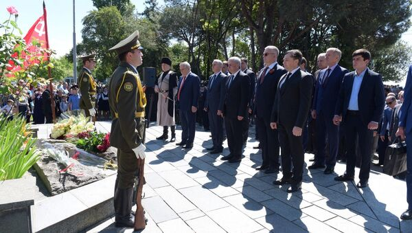 У памятника Неизвестному Солдату состоялись возложение цветов и митинг посвящённый празднованию победы в Великой Отечественной войне. - Sputnik Абхазия