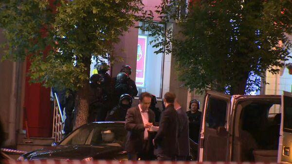 Спецназ ликвидировал налетчика на банк в Москве. Съемка с места ЧП - Sputnik Абхазия