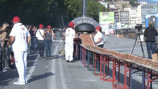Итальянские повара в погоне за рекордом испекли пиццу длиной 1860 метров - Sputnik Абхазия