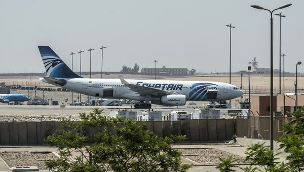 Самолет авиакомпании EgyptAir на взлетной полосе в международном аэропорту Каира 19 мая 2016 - Sputnik Абхазия