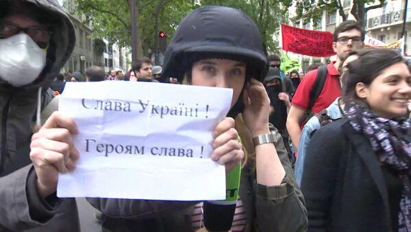 Проукраинские активисты плакатом закрывали камеру журналистов RT в Париже. - Sputnik Абхазия