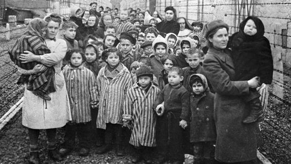 Освенцим в первые часы после освобождения лагеря. Архивное фото - Sputnik Абхазия