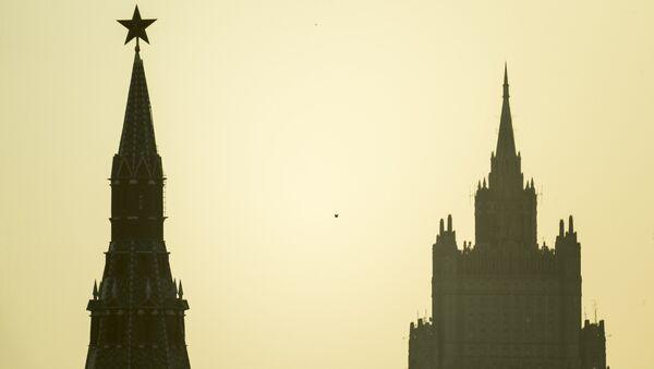 Водовзводная башня Московского Кремля (слева) и высотное здание министерства иностранных дел РФ - Sputnik Абхазия