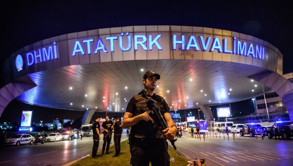 Турецкая полиция у входа в аэропорт ми Ататюрка. 28 июня 2016. - Sputnik Абхазия