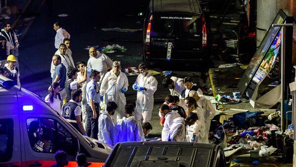 Судмедэксперты на месте взрыва в стамбульском аэропорту Ататюрк. - Sputnik Абхазия