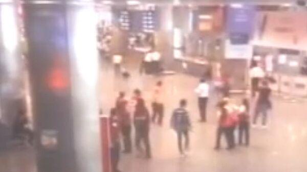 Взрывы в аэропорту Стамбула. Съемка камер слежения - Sputnik Абхазия