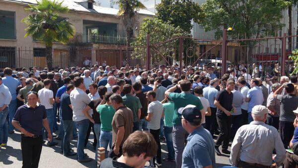 Участники митинга оппозиции переместились к зданию МВД - Sputnik Абхазия