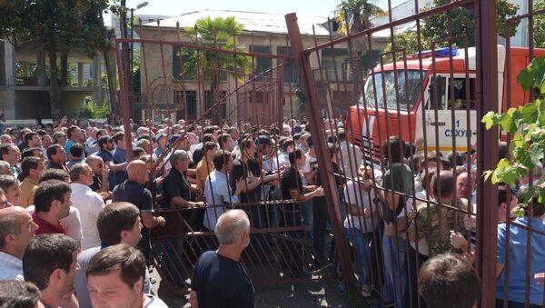 Участники митинга оппозиции снесли ворота МВД - Sputnik Абхазия
