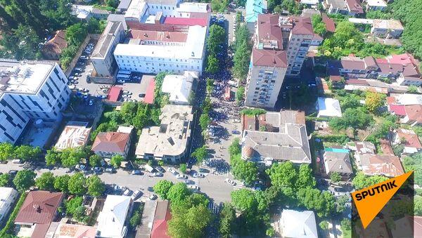 Митинг оппозиции у здания МВД Абхазии. Видео с беспилотника - Sputnik Абхазия