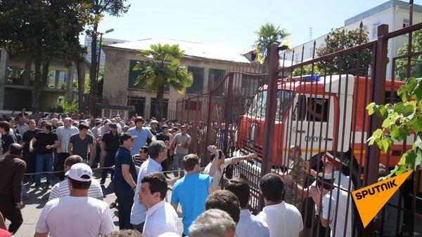 Толпа выломала ворота и ворвалась во двор МВД Абхазии - Sputnik Абхазия