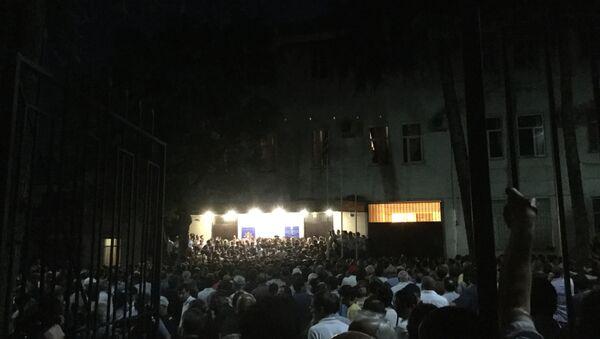 Митингующие у здания МВД. - Sputnik Абхазия