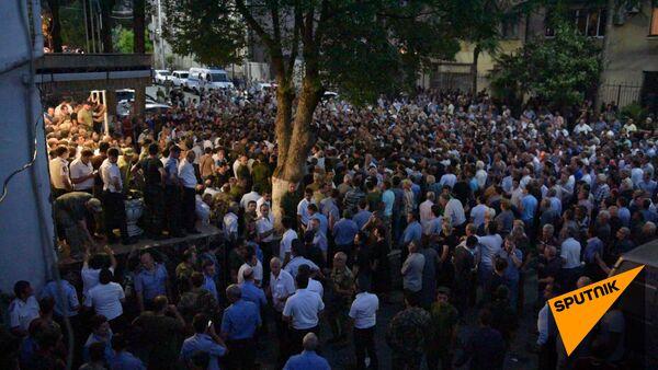 Митингующие в Сухуме пытались поджечь вход в МВД, один человек потерял сознание - Sputnik Абхазия