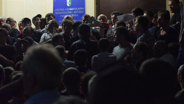 Виталий Габния зачитывает заявление президента. - Sputnik Абхазия