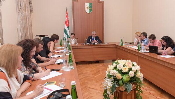 Президент Абхазии Руаль Хаджимба на брифинге по итогам референдума. - Sputnik Абхазия