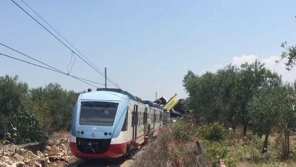 Два пассажирских поезда столкнулись на юге Италии. Кадры с места ЧП - Sputnik Абхазия