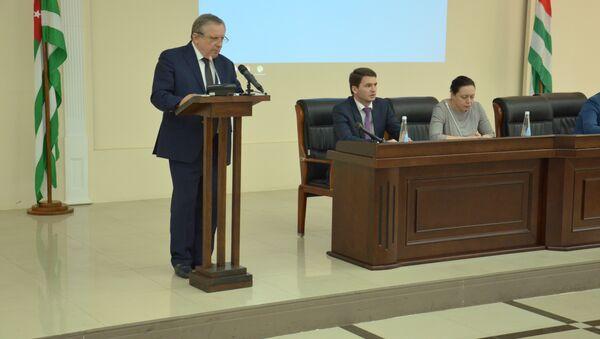 Артур Миквабия на встрече с главами городов и районов республики. - Sputnik Абхазия