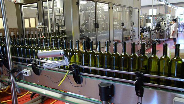 Абхазские Нарты сходят с конвейера. Видео производства вина - Sputnik Аҧсны
