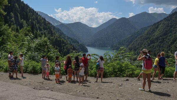 Туристы фотографируют на озере Рица - Sputnik Абхазия