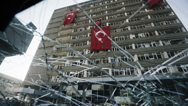 Турецкие флаги, свисающие с фасада поврежденного здания полицейского управления Анкары после бомбардировки 15 июля во время неудачной попытки переворота. - Sputnik Абхазия