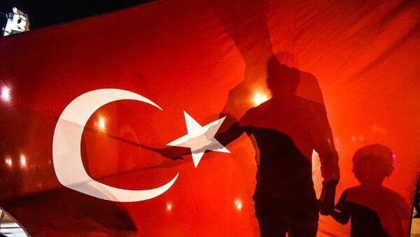 Сторонники Эрдогана собираются на площади Таксим в Стамбуле, чтобы поддержать правительство 16 июля 2016 года. - Sputnik Абхазия