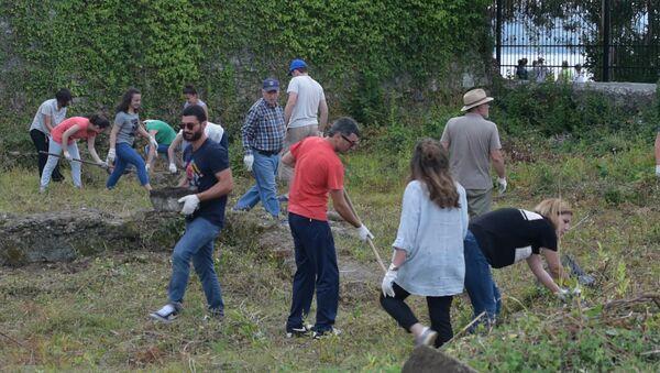 Лопаты, грабли, топоры: активисты расчищали древнейшие строения Сухума - Sputnik Абхазия