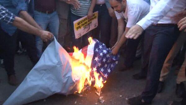 Протестующие сожгли флаг США перед военной базой НАТО в Турции - Sputnik Абхазия
