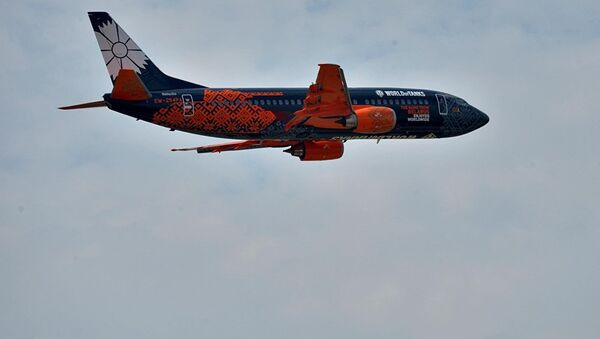 Боинг белорусской авиакомпании Белавиа в боевой раскраске показался в небе. - Sputnik Абхазия
