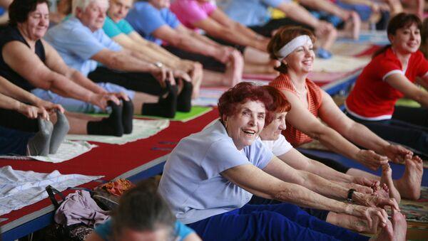 Люди пожилого возраста занимаются физкультурой. Архивное фото - Sputnik Абхазия