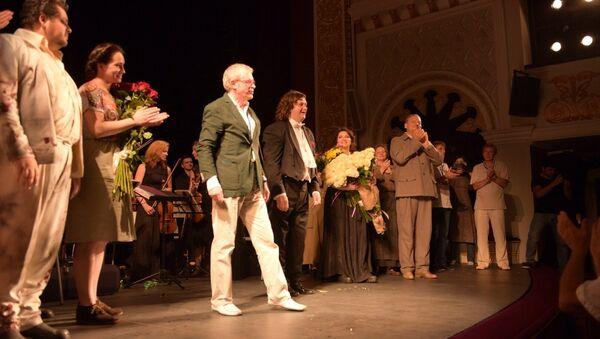 Зал в драмтетаре аплодировал стоя в течение получаса - Sputnik Абхазия