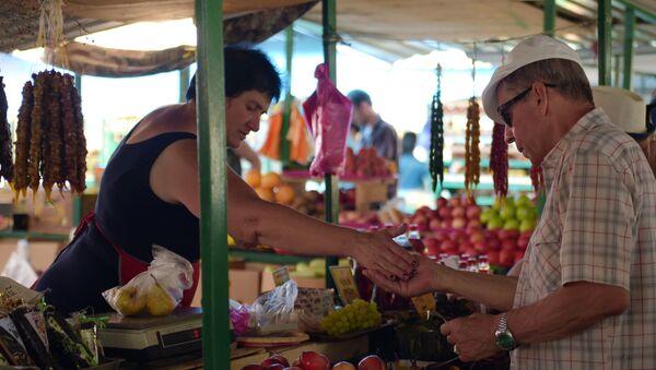 Продажа фруктов на рынке - Sputnik Абхазия