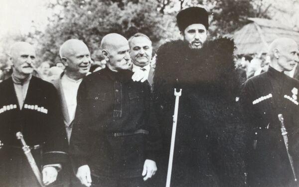 Фидель Кастро и Никита Хрущев в окружении жителей села Дурипш - Sputnik Абхазия